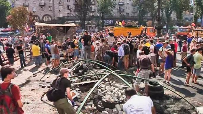 Власти и жители Киева начали зачистку Майдана