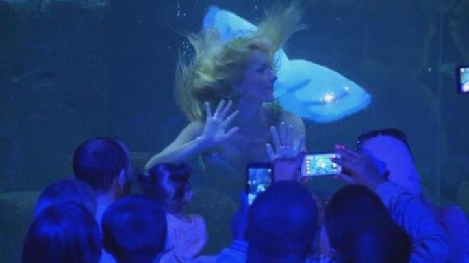 Русалка заманивает посетителей в парижский аквариум