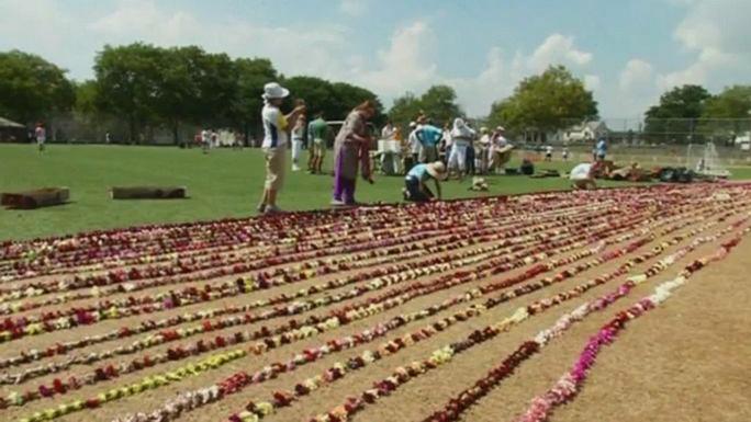 В США создали самый длинный в мире цветочный венок
