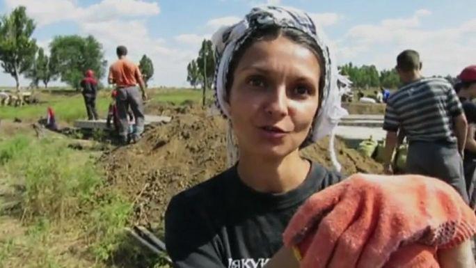 Для защиты от повстанцев жители Мариуполя роют траншеи и окопы