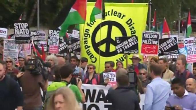 Сотни человек вышли протестовать против НАТО накануне саммита альянса в британском Ньюпорте