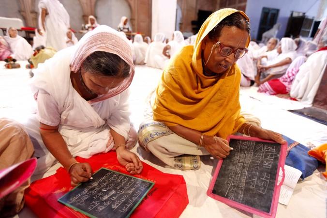 Вдовы учатся в г.  Вриданаване писать и читать, 29 июля 2014 г.  Неправительственная организация Sulabh International  работает над улучшением условий жизни индийских вдов в  городах Варанаса, Вриндаване и Сарнатхе.  Фото: Courtesy of Sulabh International