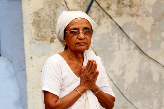 Пожилая вдова снаружи храма в Варанаси 4 августа 2014 г. Вдовы из разных регионов Индии переезжают в религиозные города, потому что у них нет никакой социальной поддержки. Фото: Venus Upadhayaya/Epoch Times Staff