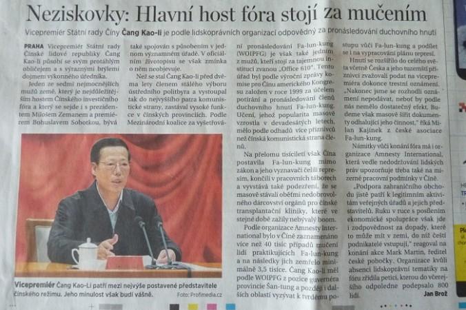 Известная чешская газета DNES сообщила о причастности Чжан Гаоли к репрессиям последователей Фалуньгун в Китае. Заголовок гласит: «Главный гость форума виновен в пытках». Фото: Ondrej Horecky/Epoch Times