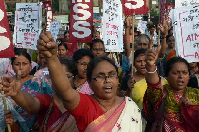 Индийские активисты из Социального объединения Индии (SUCI) выкрикивают лозунги  против правительства из-за группового изнасилования и убийства двух девочек в районе Бадаун северного штата Уттар-Прадеш и недавних изнасилований в Калькутте 7 июня 2014 г.  Протесты были вызваны убийствами  в Уттар-Прадеш. Две двоюродные сестры, 12 и 14 лет, из бедной деревни были найдены повешенными на манговом дереве. Осмотр их тел показал, что они подверглись неоднократным изнасилованиям.   Фото: DibyangshuSarkar/AFP/GettyImages