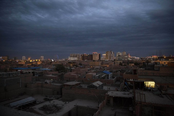 Вид на город Кашгар, Синьцзян, Китай, 31 июля 2014 года. В понедельник в Кашгаре 15 чиновников получили выговоры, и 8 из них лишились постов за религиозные убеждения или участие в религиозной деятельности. Фото: Kevin Frayer/Getty Images