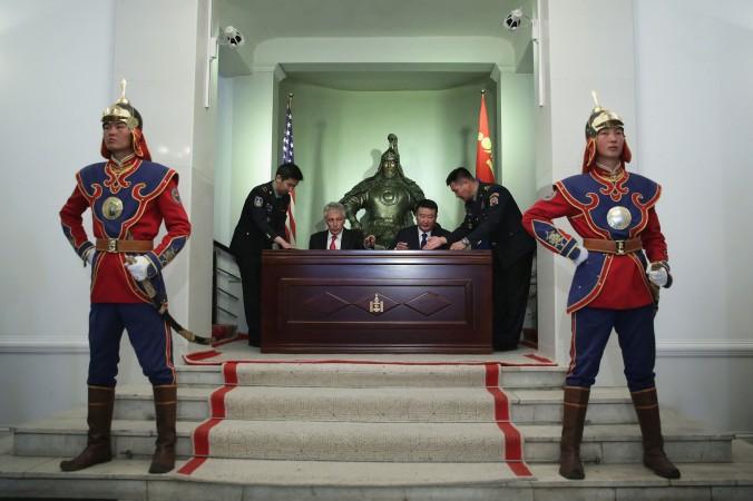 Министр обороны США Чак Хейгел (слева) и министр обороны Монголии Дашдэмбэрэлийн Бат-Эрдэнэ (справа) подписывают совместное заявление о военном сотрудничестве 10 апреля 2014 года, Улан-Батор, Монголия. В последние годы Монголия стремится к более тесным связям и сотрудничеству в вопросах безопасности с США. Фото: Alex Wong/Getty Images