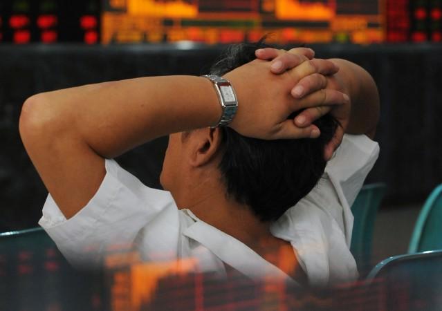 Инвестор смотрит на котировки акций в Ухане, Китай, 16 сентября 2008 года. Фото: China Photos/Getty Images