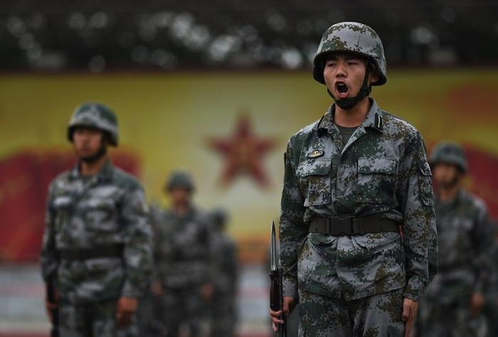 Курсанты Народной освободительной армии Китая тренируются в Пекине 22 июля 2014 года. Китайские военные усиливают изучение коммунистической доктрины в ущерб боевой подготовки. Фото: Greg Baker/AFP/Getty Images