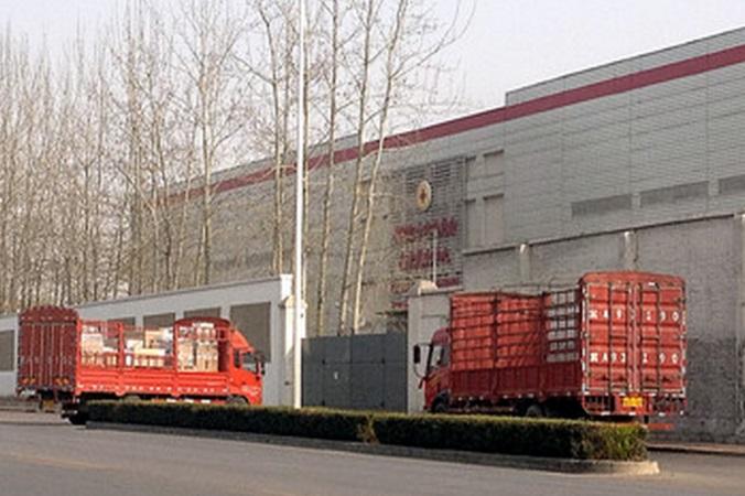 Гружёные фуры въезжают на склад Китайского «Красного Креста» в Пекине 1 апреля 2014 года. По данным Tencent Financial, Китайский «Красный Крест» сдаёт в аренду построенные государством склады логистическим компаниям. Фото: скриншот/Tencent Finance