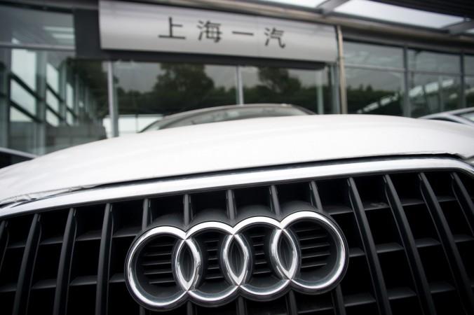 Audi перед автоцентром в Шанхае 6 августа 2014 года. Регулятор в Китае обвинил некоторые западные компании в «монопольном поведении». Фото: JOHANNES EISELE/AFP/Getty Images