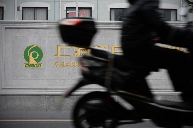 Мотоциклист мчится мимо здания компании Chaori Solar Energy Science & Technology Co в Шанхае 8 марта 2014 года. Chaori в марте заявила о дефолте. Фото: STR/AFP/Getty Images