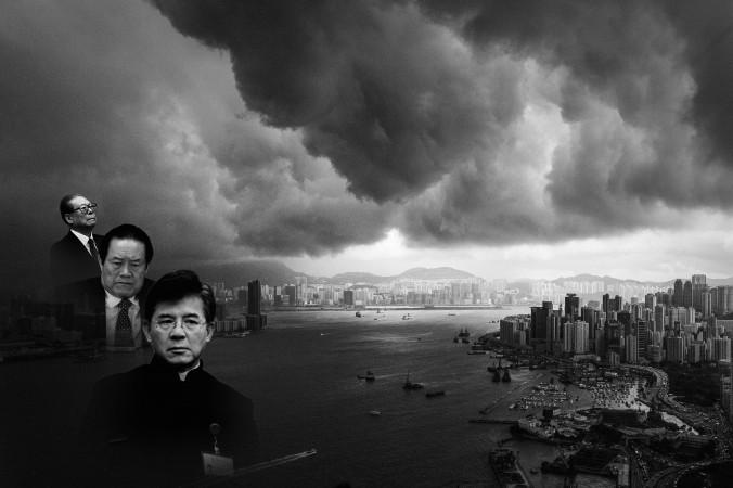 Композиция Epoch Times: бывший лидер компартии Цзян Цзэминь и его сторонники. Слева направо: Цзян Цзэминь, Чжоу Юнкан и Ло Хун-шуй. На заднем плане: облака сгустились над гаванью Виктории в Гонконге, 30 апреля 2013 года. Фото: Philippe Lpez/AFP/Getty Images