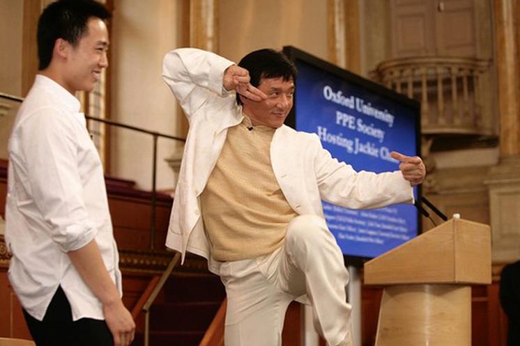 Джеки Чан изображает приём Кунг-фу рядом с Бо Гуагуа, сыном опального партийного функционера Бо Силая, Оксфордский университет, 2008 год. Фото: скриншот/takungpao.com
