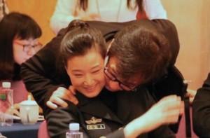 Джеки Чан 5 марта этого года обнимает на сессии НПКСК Сун Цзуин, которая считается любовницей Цзян Цзэминя. Фото: Скриншот/takungpao.com