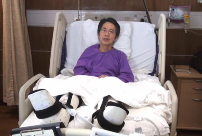 Бывший редактор либеральной китайско-язычной газеты Ming Pao Кэвин Лау в больнице Гонконга в феврале 2014 года. На него напали бандиты с ножами. Фото: скриншот/Mingpao.com