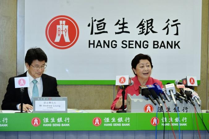 Роуз Ли (справа), вице-президент и главный исполнительный директор Hang Seng Bank (HSB), 5 августа выразила обеспокоенность по поводу роста плохих кредитов в материковом Китае во второй половине года. HSB намерен не давать кредиты предприятиям с высокой степенью риска перепроизводства. Фото: Bilong/Epoch Times