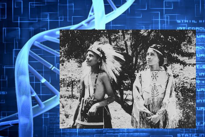 Индейцы чероки в традиционных костюмах в резервации в Северной Каролине, 1939 г. Фото: Wikimedia Commons, background image of DNA via Thinkstock