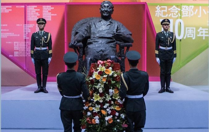 Китайские солдаты несут цветы к скульптуре бывшего китайского лидера Дэн Сяопина в честь его 110-летия, 21 августа, Гонконг. Фото: Lam Yik Fei/Getty Images