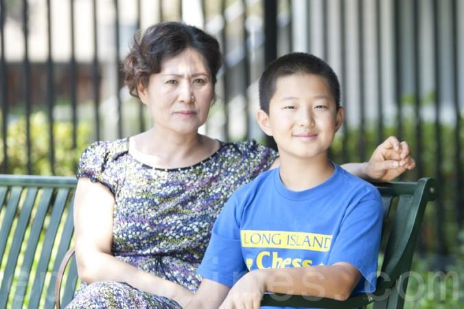 Гэн Хэ, жена китайского адвоката по правам человека Гао Чжишэна, и их сын Тяньюй в Бай Ареа, Калифорния, 5 августа. Фото: Ma Youzhi/Epoch Times
