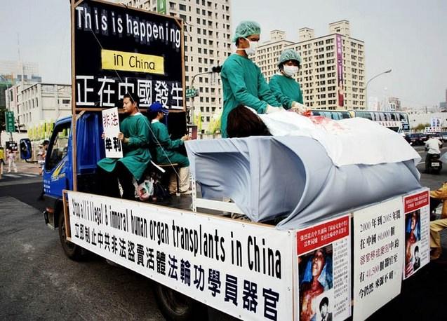 Инсценировка насильственного извлечения органов у сторонников Фалуньгун в Китае под руководством компартии. Фото: The Epoch Times