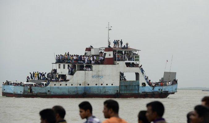 Спасатели не нашли 120 человек с затонувшего в Бангладеш парома