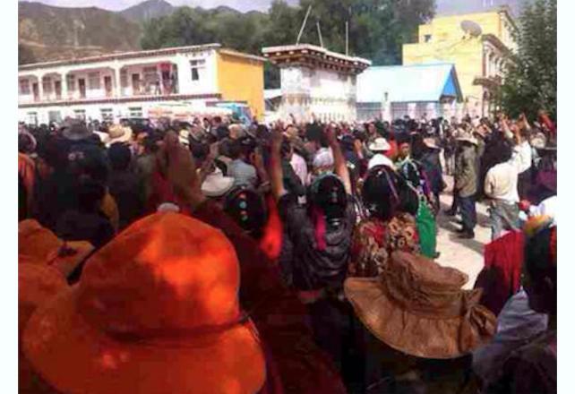 Мирная акция протеста в округе Кардзе провинции Сычуань 12 августа 2014 года. Вскоре полиция открыла огонь по толпе, и четыре тибетца позже скончались в заключении из-за того, что им не обработали огнестрельные раны. Фото: Save Tibet