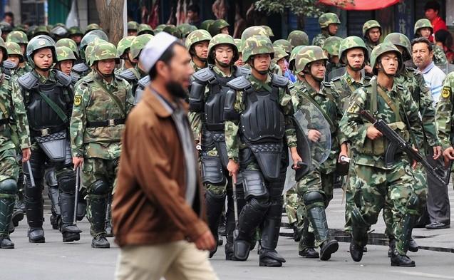 В Синьцзяне сохраняется напряжённая обстановка. Фото: FREDERIC J. BROWN/AFP/Getty Images