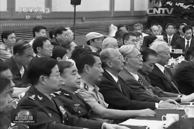 Дети предыдущего поколения чиновников, в том числе Лю Юань (в рубашке с короткими рукавами), 20 августа приняли участие в заседании по случаю 110-летия со дня рождения партийного патриарха Дэн Сяопина. Бывшие лидеры Китая Ху Цзиньтао и Цзян Цзэминь замечены не были. Фото: скриншот/CCTV