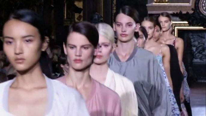 Британский дизайнер Стелла Маккартни показала коллекцию весна-лето 2015 в рамках Недели моды в Париже. Скриншот видео.