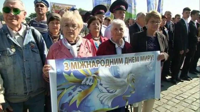 Ветераны Отечественной войны и школьники прошли по Киеву маршем в поддержку мира. Скриншот видео.