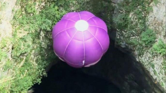 70-летний пилот опустился на воздушном шаре в пещеру глубиной 200 метров и поднялся обратно. Скриншот видео.