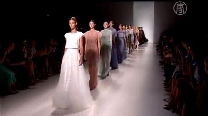 Тадаси Сёдзи представил свою последнюю коллекцию на Неделе моды в Нью-Йорке. Скриншот видео.