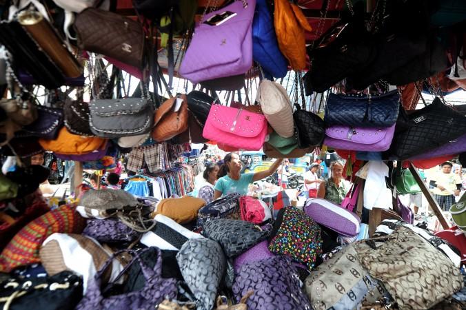 Дешёвые импортные сумки, в том числе из Китая, на улице в Маниле 19 сентября 2011 года. Полиция Гуанчжоу недавно обнаружила подделки изделий фирмы Louis Vuitton на сумму более миллиарда юаней ($163 млн). Фото: Noel Celis/AFP/Getty Images