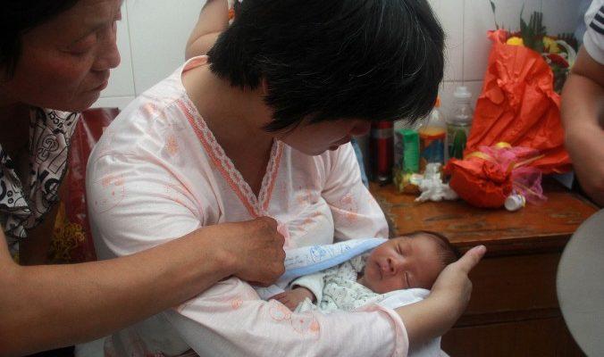 За продажу новорождённых в Китае арестовали медсестру