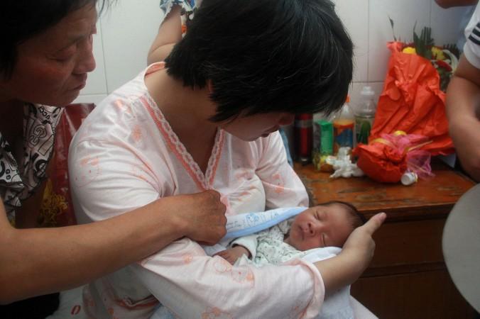 Матери вернули младенца, который был продан врачом, провинция Шаньси, 5 августа 2013 года. В последние годы аналогичные случаи были зарегистрированы по всему Китаю. Фото: STR/AFP/Getty Images