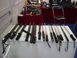 Набор различных дубинок для китайской полиции, Китай, 2008 год. Amnesty International в докладе приводит примеры международной торговли китайскими орудиями пыток. Фото: Robin Ballantyne
