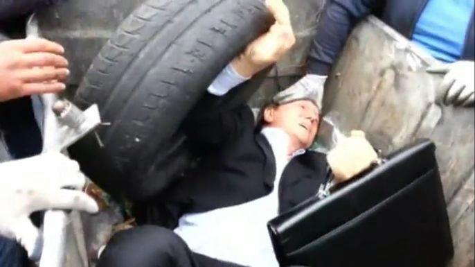 Разъяренная толпа затолкала депутата Верховной Рады в мусорный бак в Киеве. Скриншот видео.