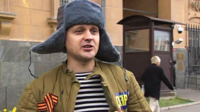 Российский депутат облился ледяной водой в ватнике и ушанке перед посольством США