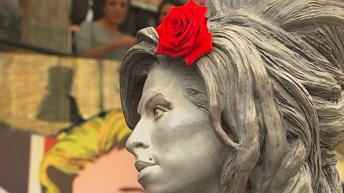 В Лондоне открыли статую Эми Уайнхаус