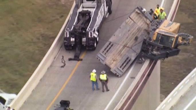 Строительный кран завис на краю дорожного полотна в Техасе