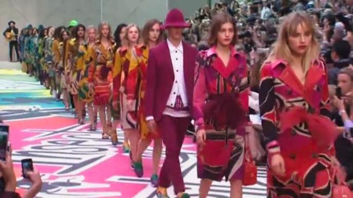 Burberry призывает носить тренчи с поясом-бантом и разноцветными кроссовками