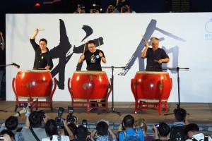 Три организатора движения «Занимайте центр» (слева направо) Чхань Кхинь-мань (Chan Kin-man), Бенни Тай Иу-тин (Benny Tai Yiu-ting) и Чху Иу-мин (Chu Yiu-ming) бьют в барабаны, символизируя начало гражданского неповиновения и борьбы с однопартийной диктатурой КПК, 31 августа 2014 года, Гонконг. Фото: Poon/Epoch Times