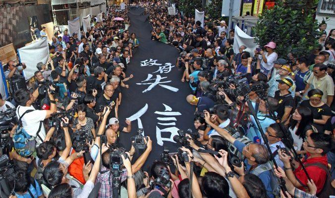 В Гонконге прошёл «чёрный марш» в поддержку всеобщего избирательного права