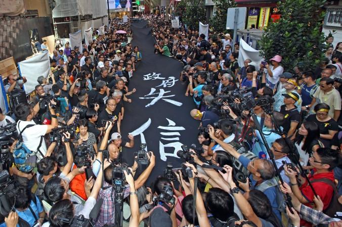 4000 сторонников движения «Занимайте центр» приняли участие в «чёрном марше», они были одеты в чёрные рубашки и носили жёлтые ленты, Гонконг, 14 сентября 2014 года. Фото: Pan Zaishu/Epoch Times