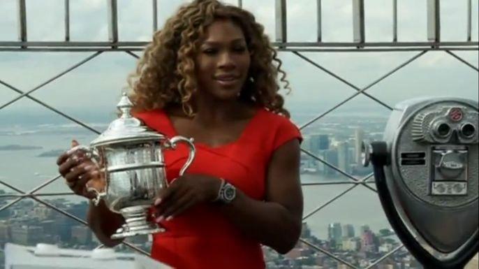 """Серена Уильямс сфотографировалась с кубком после 18-ой победы в турнире """"Большого шлема"""". Скриншот видео."""