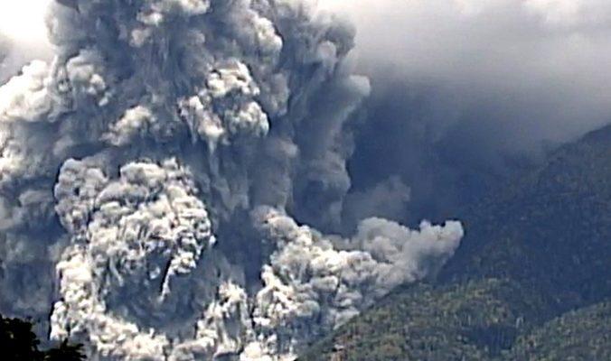 На склонах проснувшегося вулкана Онтакэ в Японии находятся 150 человек