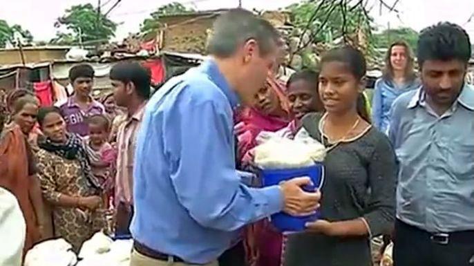 Началась новая интернет-компания Rice Bucket Challenge. Скриншот видео.