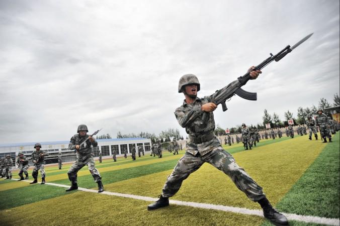 Китайские солдаты на тренировке 22 июля 2014 года, Пекин, Китай. Фото: ChinaFotoPress/Getty Images