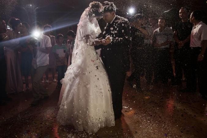Уйгурская пара наслаждается первым танцем после вступления в брак 2 августа 2014 года, Кашгар, Синьцзян-Уйгурский автономный район. Власти Синьцзяна заявили, что обеспечат различными льготами браки между ханьцами и представителями этнических меньшинств. Фото: Kevin Frayer/Getty Images